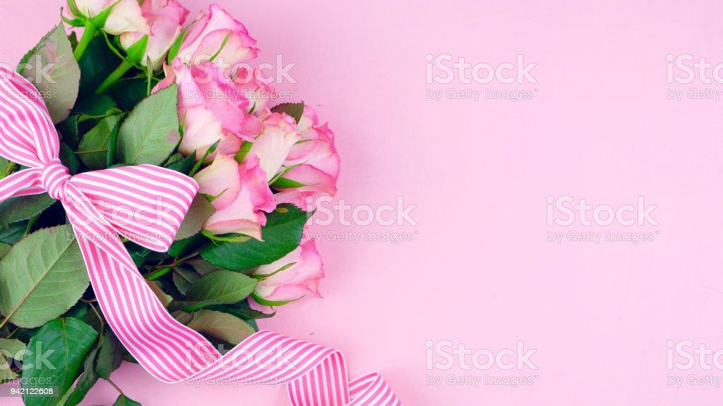 Muttertag-Hintergrund von rosa Rosen mit textfreiraum auf Rosa Holz Tisch – Foto
