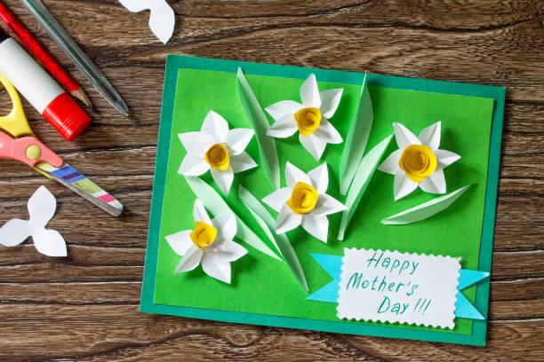 선화와 어머니의 날 카드입니다. Handmade. 아이 들을 위한 창의력, 수공예품, 공예품의 프로젝트. 스톡 사진