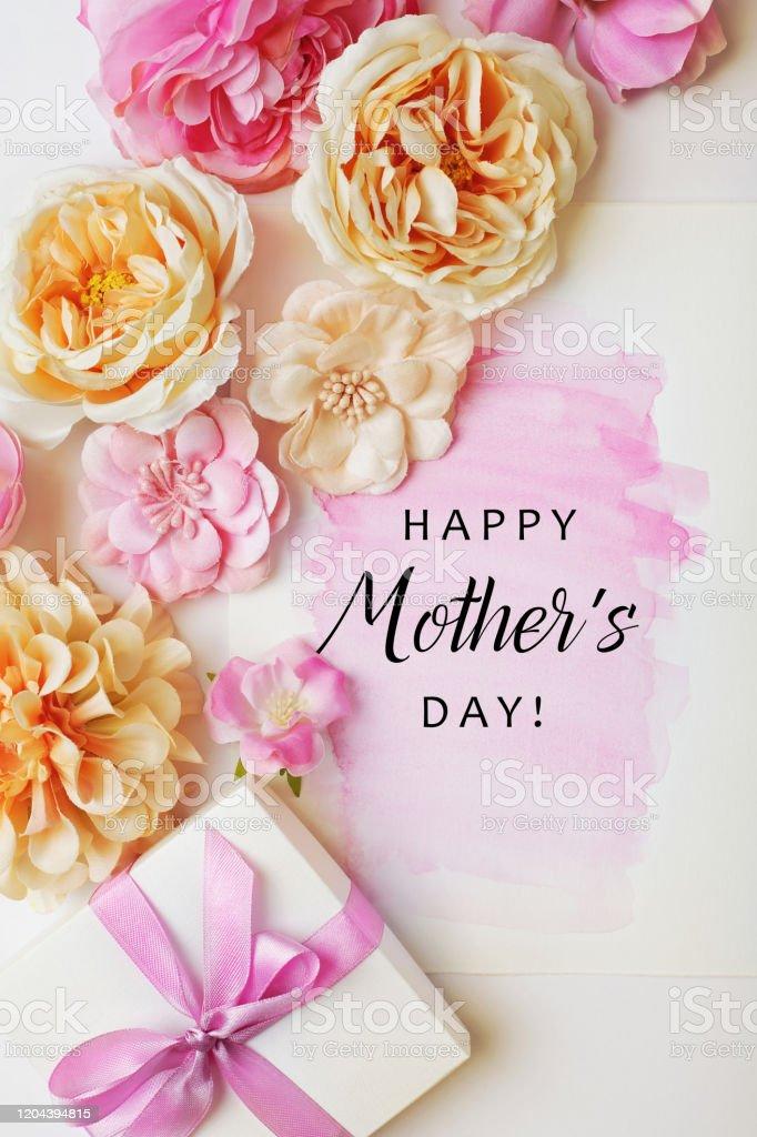 Muttertagskarte mit Geschenkbox und Blumen - Lizenzfrei Blume Stock-Foto