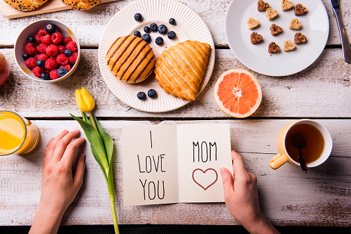 istock Mothers day composition. Greeting card and breakfast meal. 530746192
