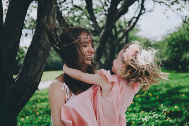 muttertag-konzept. - emoticon hug stock-fotos und bilder