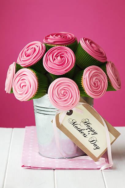 mother's day cupcake bouquet - rosentorte stock-fotos und bilder