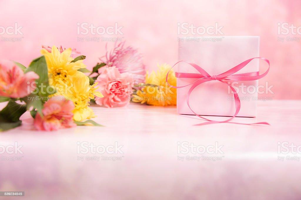 Día de la madre. Flores sobre fondo rosa. Bouquet de y caja de regalo. foto de stock libre de derechos