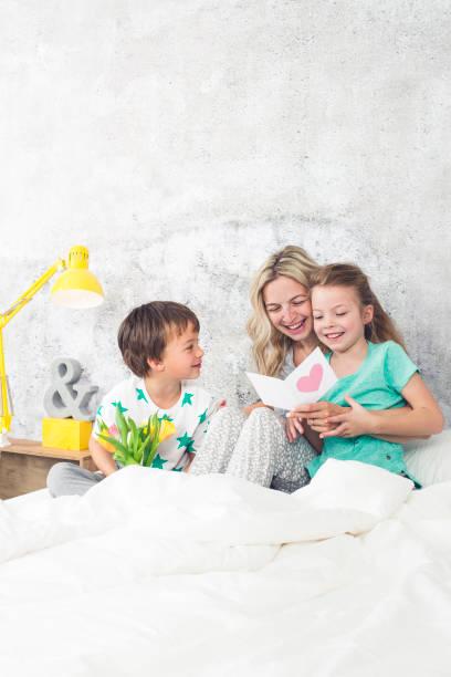 Muttertag - Happy Family - Kinder gratulieren zum Muttertag – Foto