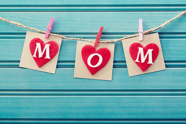 mütter tag nachricht auf filz herzen - filzunterlage stock-fotos und bilder