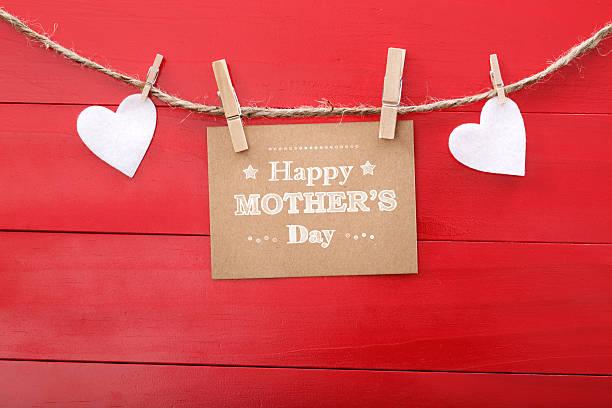 mütter tag nachricht mit filz herzen hängen mit clothespins - filzunterlage stock-fotos und bilder