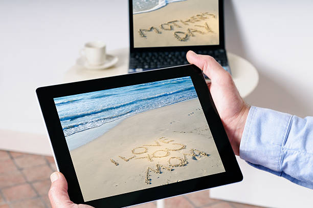 muttertag auf tablet pc - küstenfamilienzimmer stock-fotos und bilder