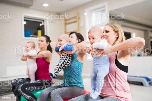 Mütter Mit Babys Im Fitnessstudio Auf Gymnastikbällen Ausübung Stockfoto und mehr Bilder von Aerobic