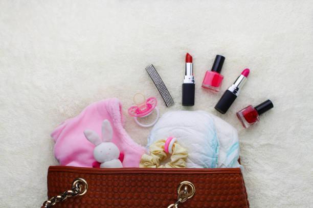 mutters handtasche mit artikeln um für kinderbetreuung - babytasche stock-fotos und bilder