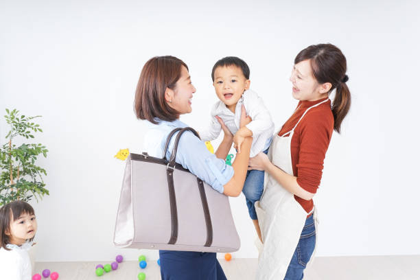 mütter mit kindern vom kindergarten und - babytasche stock-fotos und bilder