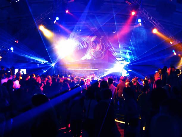 Motion Blur de gens danser dans une discothèque - Photo