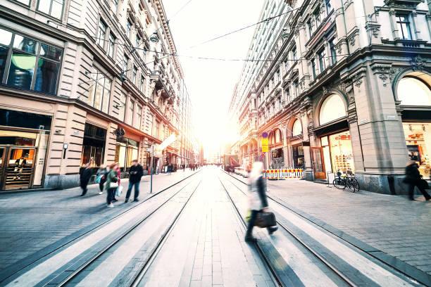 Bewegungsunschärfe von Menschen zu Fuß in die Stadt – Foto