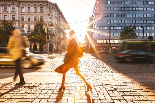 街を歩いて人々 をモーションブラーします。 - アーバンライフスタイル ストックフォトと画像