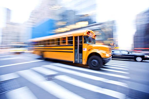 motion blur de bus scolaire dans la ville - bus scolaires photos et images de collection