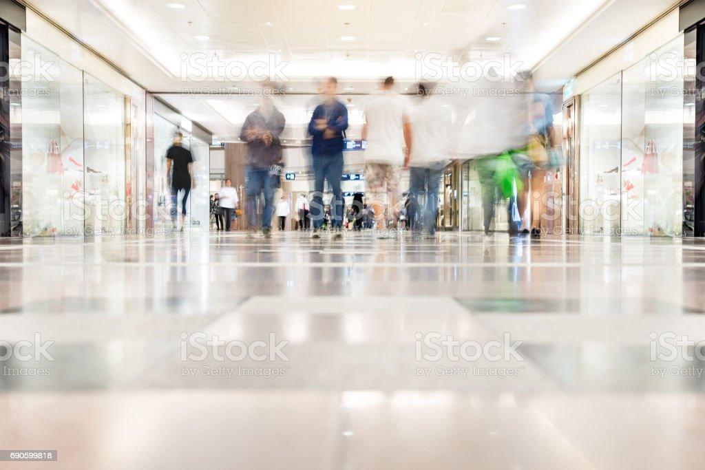 Motion verschwommene Kunden zu Fuß in Einkaufszentrum, Hong Kong – Foto