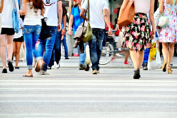 モーションブラー歩行者横断する輝く street - 横断する ストックフォトと画像