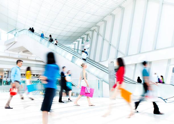 movimento offuscata persone nel centro commerciale - city walking background foto e immagini stock