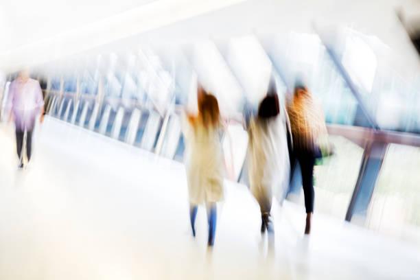 bewegung verwischt menschen - soziologie stock-fotos und bilder