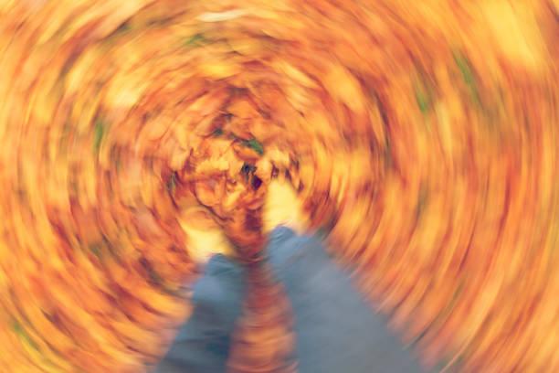 bewegung verwischt foto von mann oder frau die füße zu fuß durch den goldenen herbst oder blätter im herbst - herumwirbeln frau stock-fotos und bilder