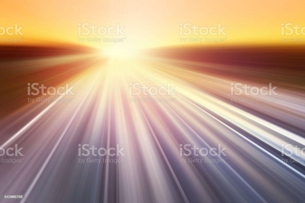 Movimiento borroso la carretera al anochecer. - foto de stock