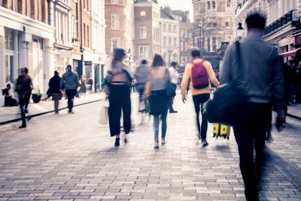 Movimiento borrosa compradores en la calle de la ciudad - foto de stock