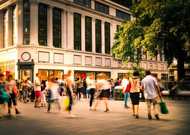 Escena de la calle comercial borrosa en movimiento - foto de stock