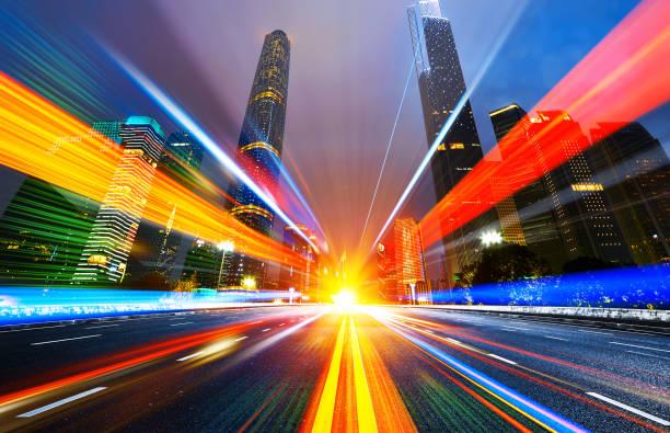 bewegungseffekt geschwindigkeit mit city night - spur stock-fotos und bilder