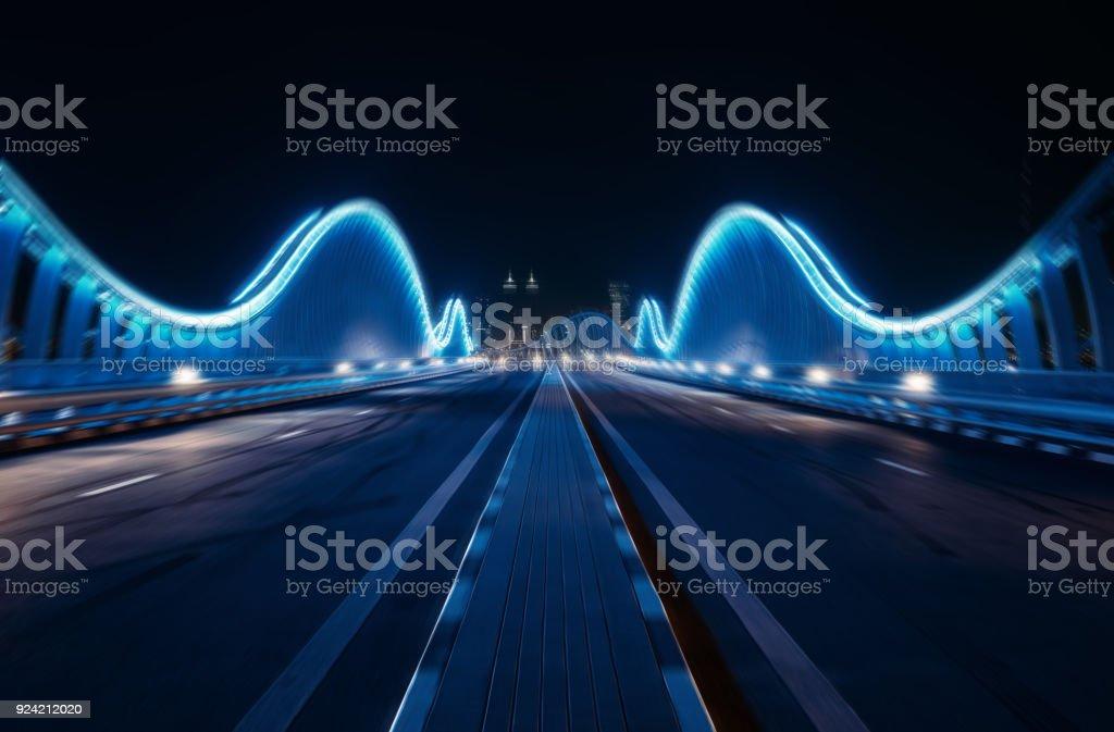 Bewegung verwischt blau zu überbrücken, in der Nacht, Dubai – Foto