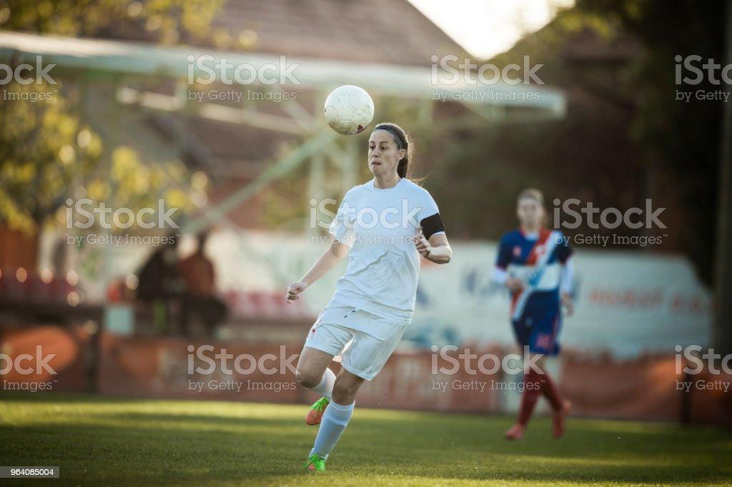 競技場での試合中にアクションでやる気のある女子サッカー選手。 - サッカーのロイヤリティフリーストックフォト