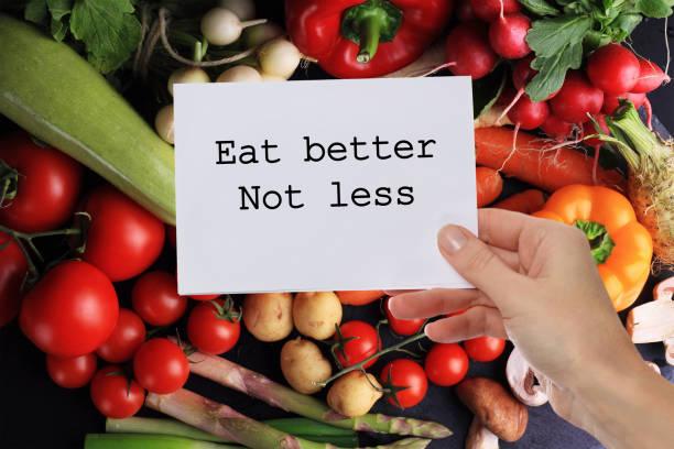 inspirierende motivation zitat besser nicht weniger essen. abnehmen, gesunde ernährung hintergrund. - motivationsfitness zitate stock-fotos und bilder