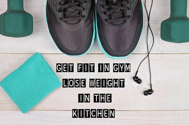 motivation angebot halten sie sich passen im fitnessraum, abnehmen in der küche - motivationsfitness zitate stock-fotos und bilder