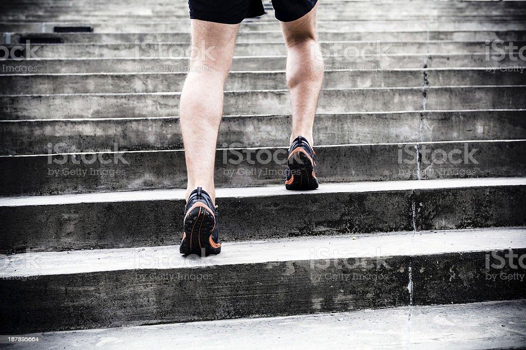 Motivación, corriendo por las escaleras, de entrenamiento deportivo - Foto de stock de Escaleras libre de derechos