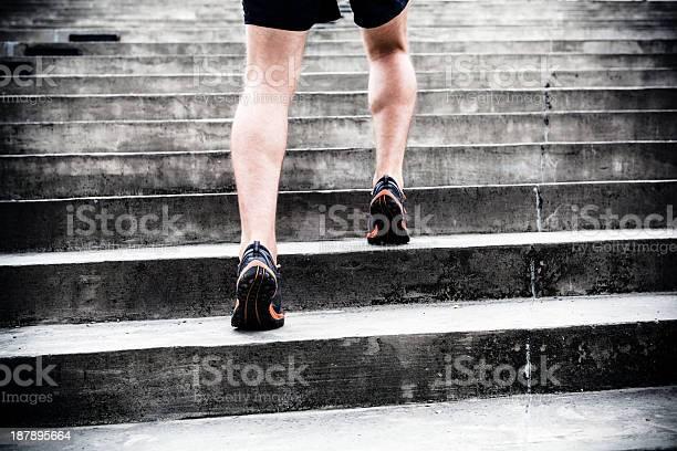 Motivación Corriendo Por Las Escaleras De Entrenamiento Deportivo Foto de stock y más banco de imágenes de Escaleras