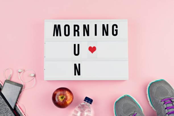 motivation-text morgen laufen und sport-zubehör - rosa zitate stock-fotos und bilder