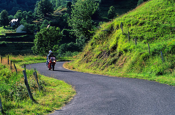 moto sur petite route stock photo