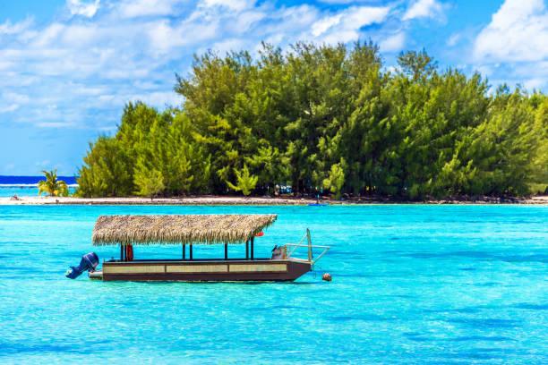 Motorboot in der Nähe der Küste, Cook Islands, Südpazifik. Kopierraum für Text – Foto