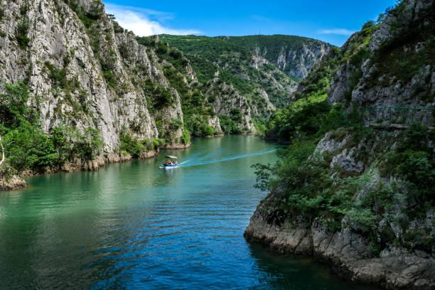 kanyon matka aracılığıyla motorlu tekne - üsküp stok fotoğraflar ve resimler