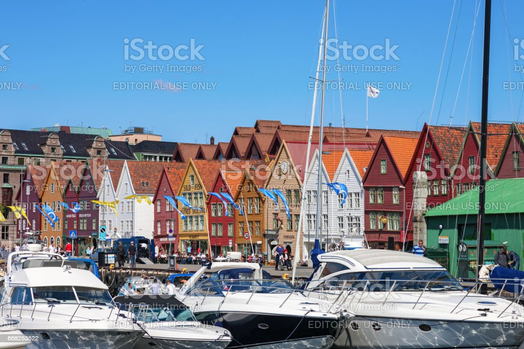 Motor boats in the harbor at Bryggen in Bergen, Norway foto stock royalty-free