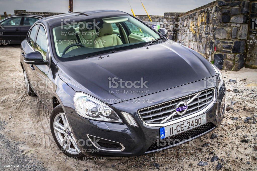 Bil Volvo V60 parkerade vid stranden - Royaltyfri Bil Bildbanksbilder