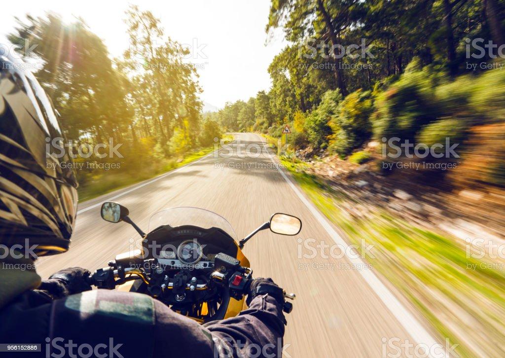 Motorrad fahren auf einer Landstraße – Foto
