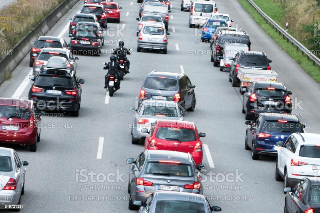 Motorradfahrer überholen der Fahrzeuge im Stau - Lizenzfrei Abgas Stock-Foto