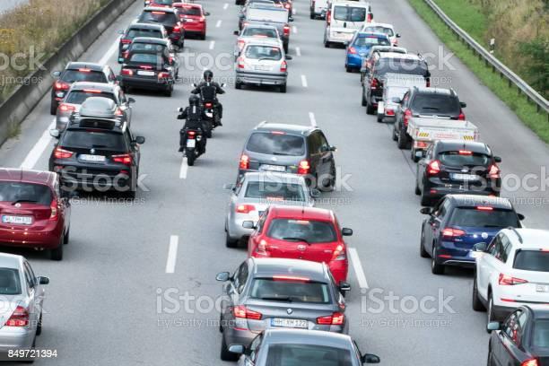 Motorradfahrer Überholen Der Fahrzeuge Im Stau Stockfoto und mehr Bilder von Abgas