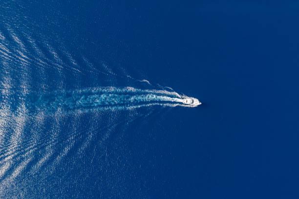motorbåt och vit vak på krusad havsbakgrund - egeiska öarna bildbanksfoton och bilder