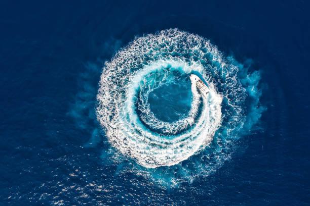 estrella forma un círculo de las olas y burbujas con sus motores - yacht fotografías e imágenes de stock