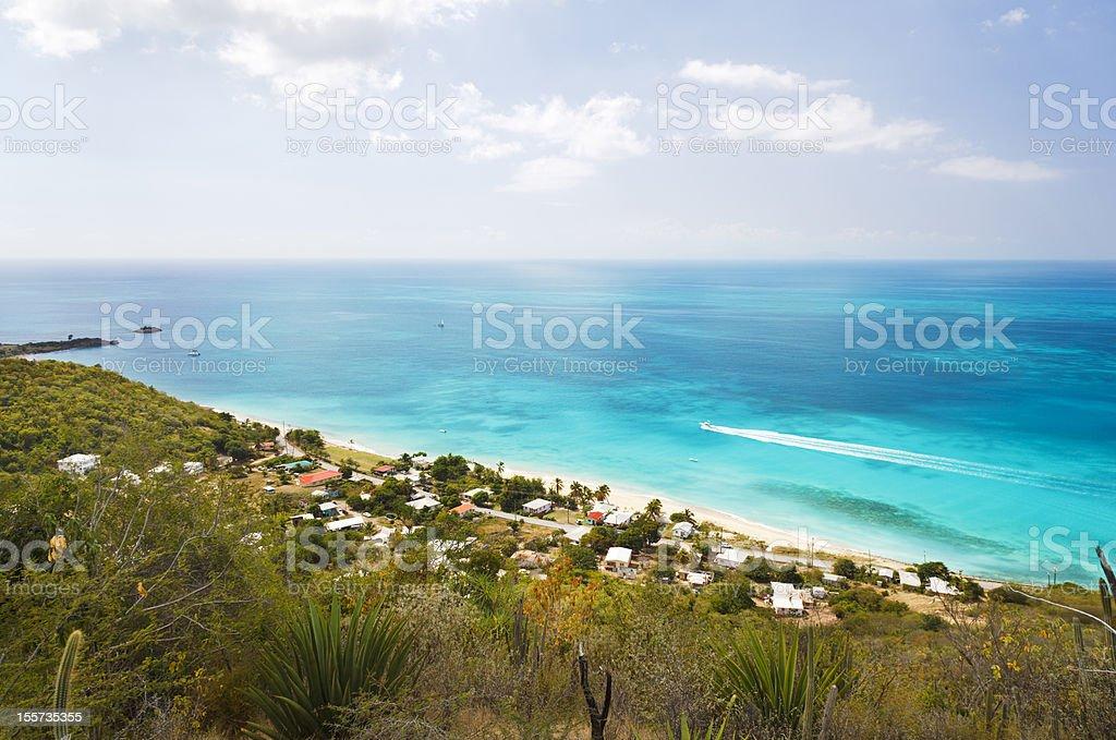 Barcos passando bela praia - foto de acervo