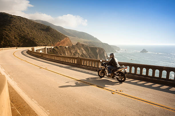 moto traverser le pont de bixby, big sur, californie, états-unis - moto sport photos et images de collection