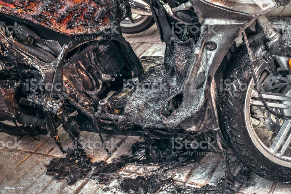 motorcykel förstördes i brand på grund av elektr... bildbanksfoto