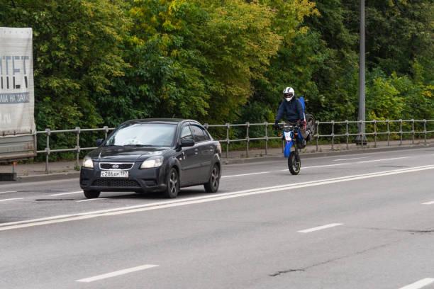motocicleta driver faz acrobacias em uma rua da cidade - foto de acervo