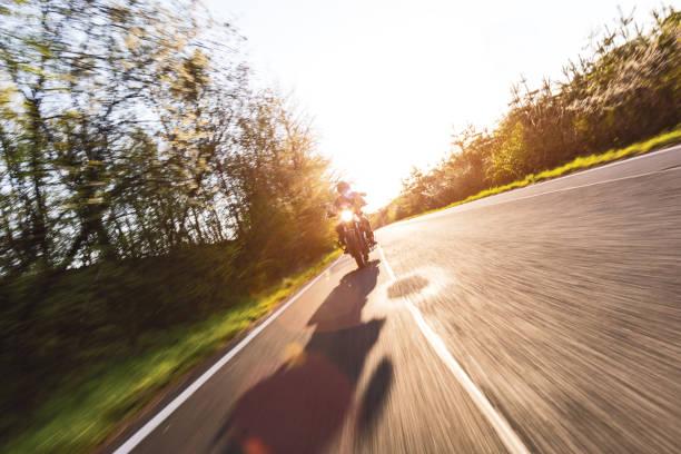 Motorradfahrer fährt auf europäischem Weg – Foto