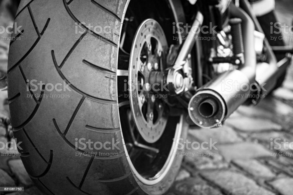 Motorrad Auspuff und Hinterreifen Profil hautnah – Foto
